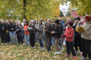 Vox Aurea -kuoro laulamassa puistossa